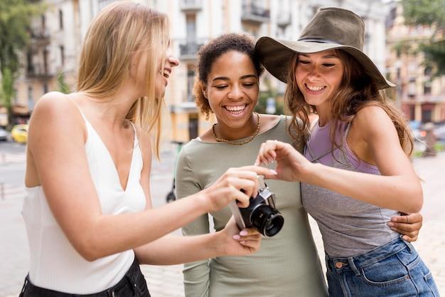 Belle amiche guardando le foto
