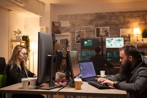 Красивая женщина-хакер в совместной работе с киберпреступниками. команда хакеров.