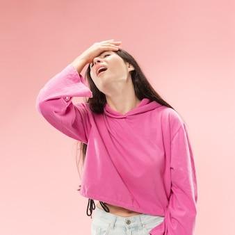 트렌디 한 핑크 스튜디오 backgroud에 고립 된 아름 다운 여성 절반 길이 초상화.