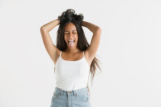흰색 스튜디오 배경에 고립 된 아름 다운 여성 절반 길이 초상화. 긴 머리를 가진 젊은 감정적 인 아프리카 계 미국인 여자. 표정, 인간의 감정 개념. 미친 행복, 점프하는 느낌.