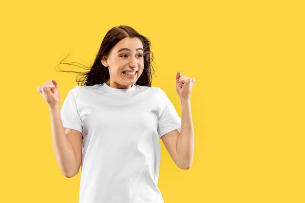 노란색 스튜디오 배경에 고립 된 아름 다운 여성 절반 길이 초상화. 젊은 웃는 여자. 표정, 여름, 주말, 리조트 개념. 트렌디 한 색상.