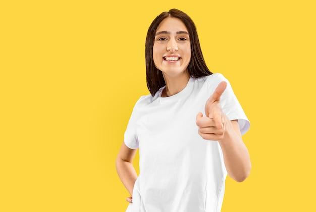 노란색 스튜디오에서 아름 다운 여성 절반 길이 초상화