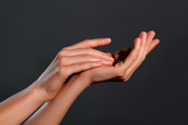 Красивые женские руки.