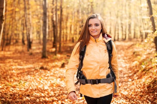 Bella femmina escursionista nella foresta
