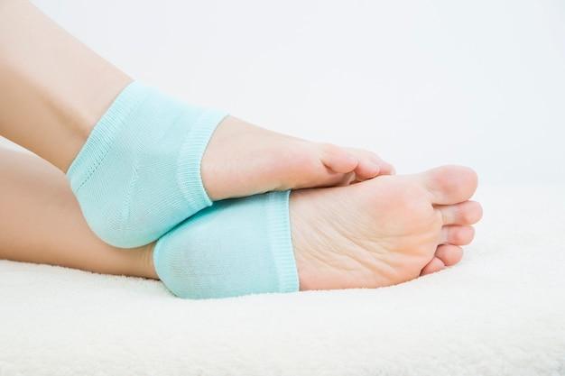 파란색 양말에 아름 다운 여성 다리입니다. 발 관리
