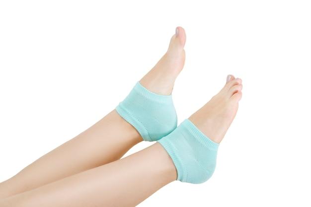 고립 된 파란색 양말에 아름 다운 여성 다리입니다. 발 관리