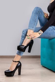 잘 손질 된 손으로 신발에 아름다운 여성 다리