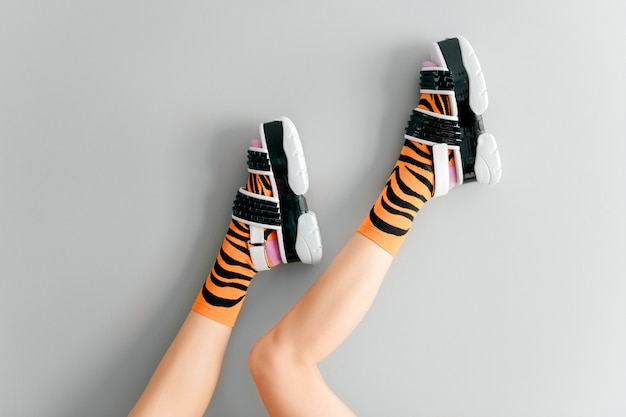 세련된 양말과 세련된 신발에 아름다운 여성 다리