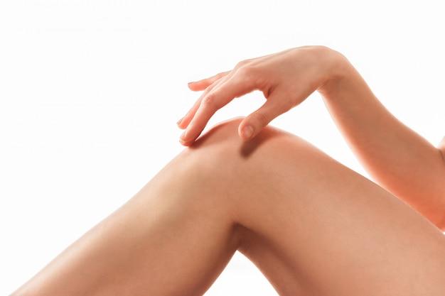 Красивые женские ножки, изолированные на белом. концепция красоты и фитнеса