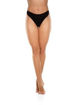 Belle gambe femminili isolate su bianco