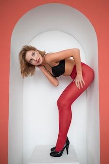 Bellissimo modello femminile in calze collant