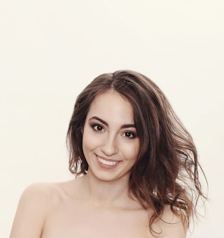 Красивая женская модель улыбается и чувствует себя счастливой