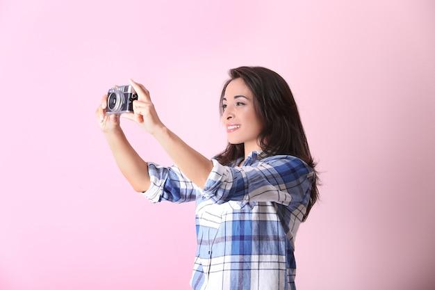 Красивая женщина-фотограф с камерой