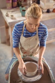 鍋を作る美しい女性陶工