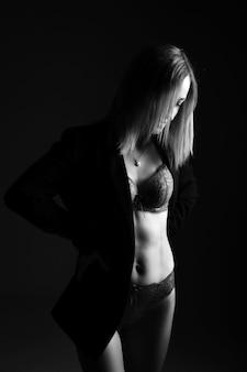 Красивый женский силуэт в нижнем белье черно-белые фото женщина позирует на черном фоне