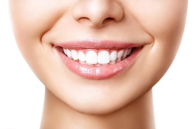 歯のホワイトニング処置後の美しい女性の笑顔。歯の手入れ。歯科の概念。