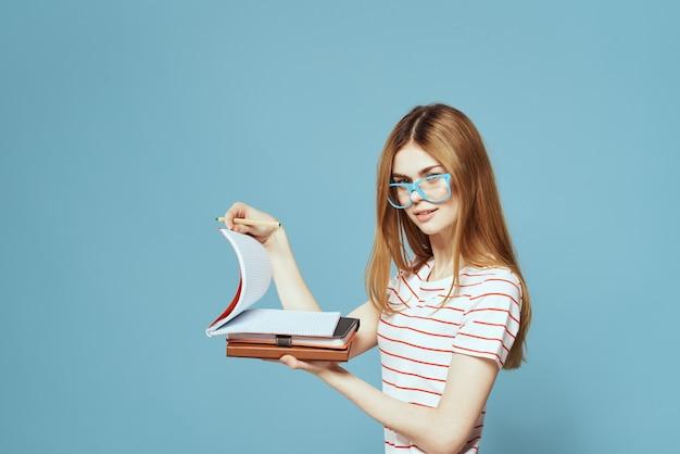 Красивая студентка, держащая изолированные книги