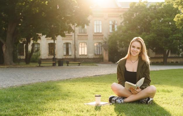 ノートを持って笑顔の美しい女子学生