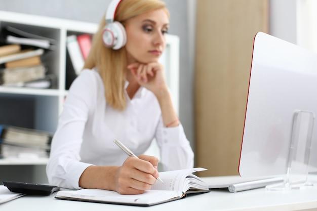 Красивая студентка с наушниками, слушать музыку