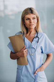 Красивый женский терапевт в клинике
