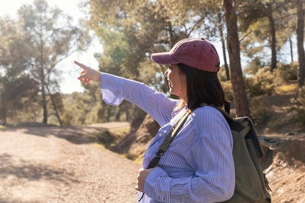 自然を楽しむ美しい女性旅行者