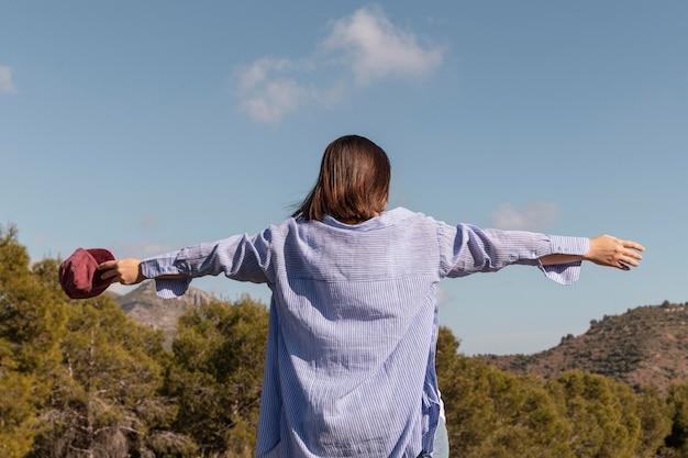 자연을 즐기는 아름 다운 여성 여행자