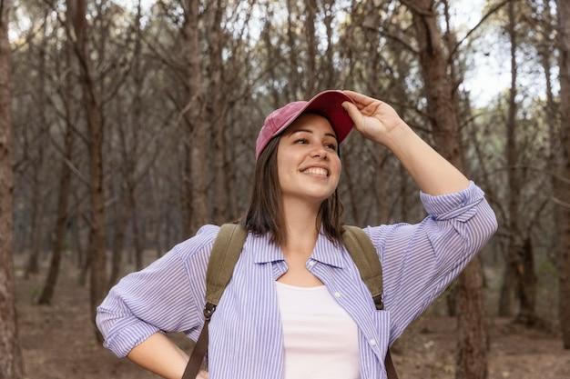 Bella donna che viaggia fuori nella natura