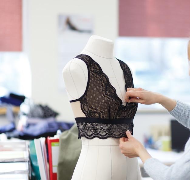マネキンの美しい女性の下着。デザイナーは、体型に合わせてボディスをカスタマイズします。
