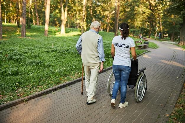 야외에서 나이든 남성과 함께 걷는 아름다운 여성