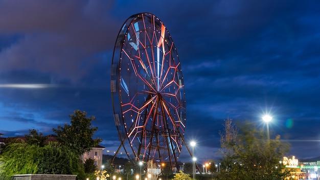 Красивое колесо обозрения ночью. сочи, россия.