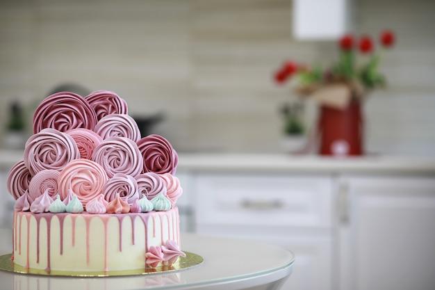 さまざまなクリームと装飾が施された美しいお祭りケーキビスケット