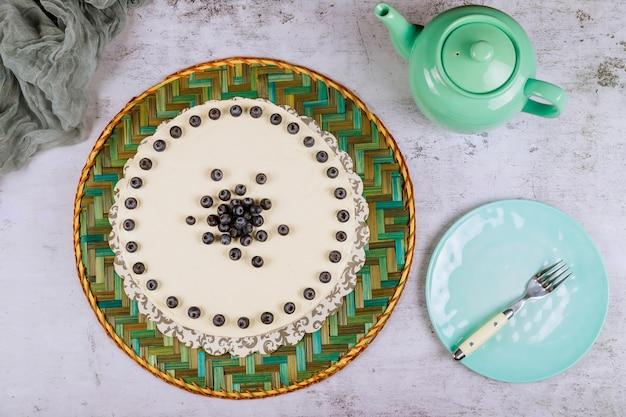上のブルーベリーと美しいお祝いケーキ