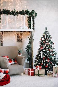 Красивый праздничный классический домашний интерьер, оформленный на рождество и новый год