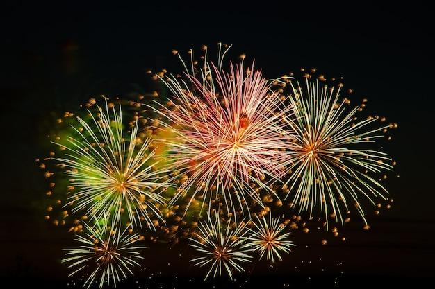 休日のための空の美しいお祭り花火黒の背景に明るい色とりどりの敬礼テキストの場所