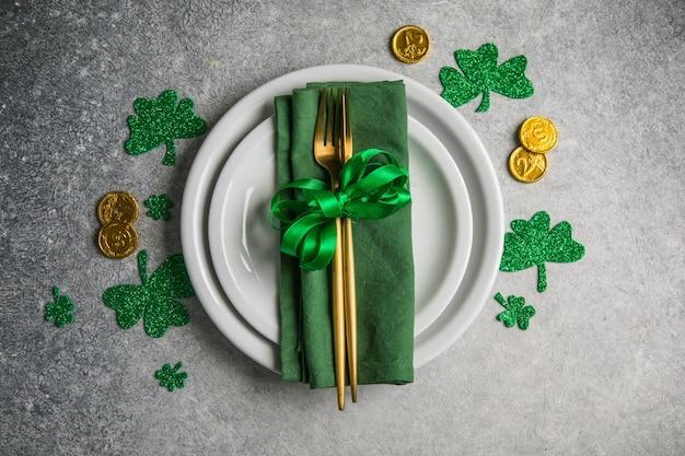 칼 붙이 및 행운의 상징으로 성 패트릭의 날을위한 아름다운 축제 테이블 설정. 가운데에 spase를 복사합니다. 평평하다.
