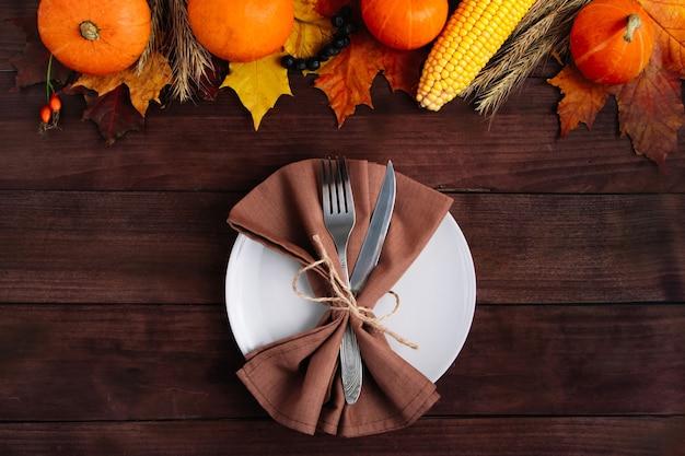 Красивая праздничная сервировка стола на день благодарения. концепция осени и урожая.