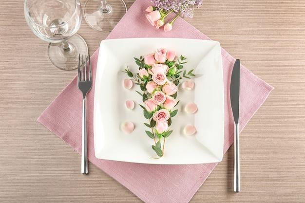 나무 표면에 꽃 장식으로 아름 다운 축제 테이블 설정