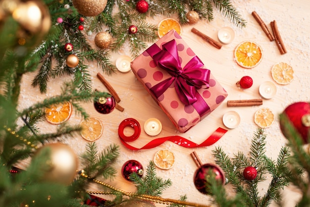 Красивая праздничная зимняя композиция на столе возле елки