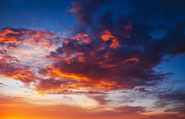 Красивое огненное, оранжево-красное, закатное небо. вечерняя волшебная сцена. композиция природы