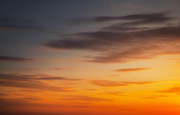배경으로 아름다운 불 같은 오렌지 일몰 하늘