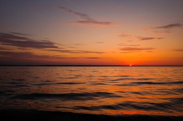 해변에서 아름 다운 불 같은 일몰 하늘입니다. 자연의 구성
