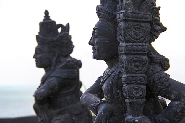 Красивые фигуры в храме танах лот. индонезия