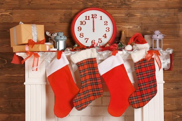 靴下でクリスマスに飾られた美しい暖炉