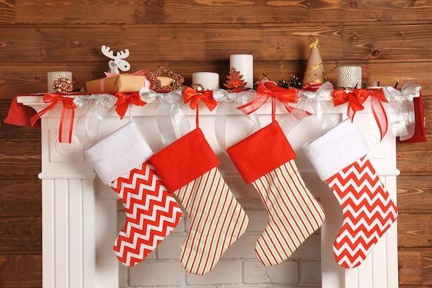 양말로 크리스마스를 장식한 아름다운 벽난로