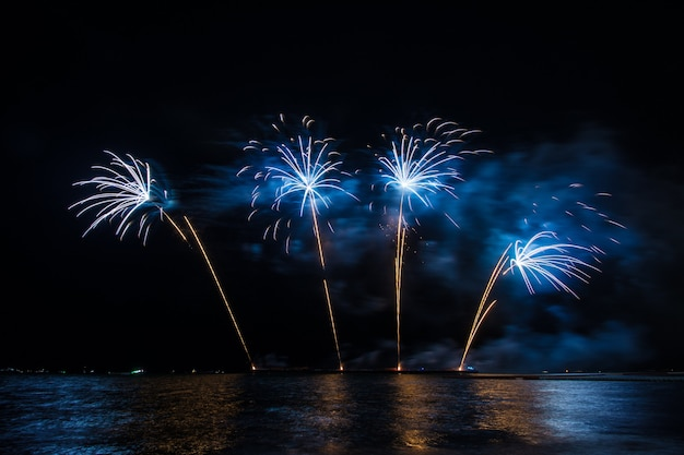 Красивый фейерверк для празднования над морем