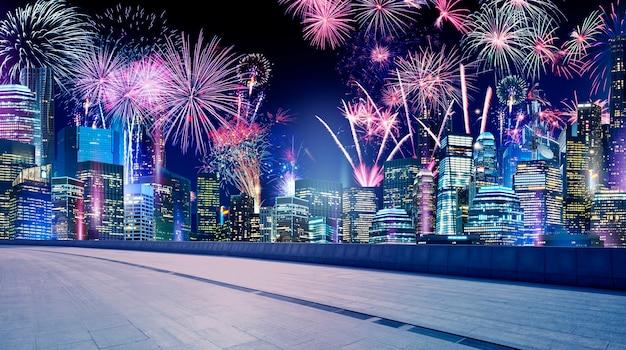 街の背景に美しい花火