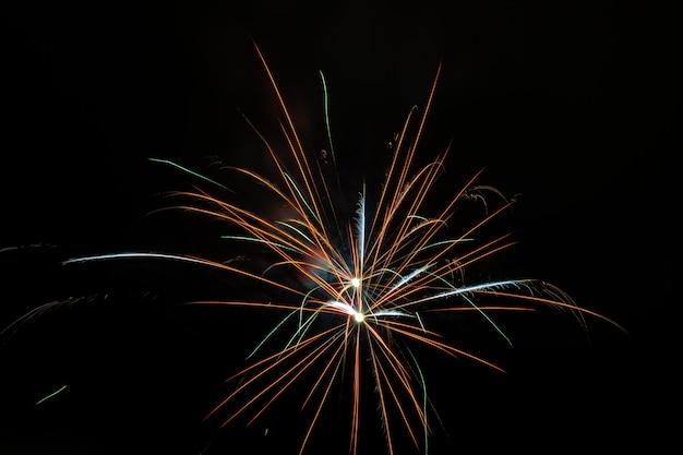 Красивый фейерверк, цветущий в ночном небе