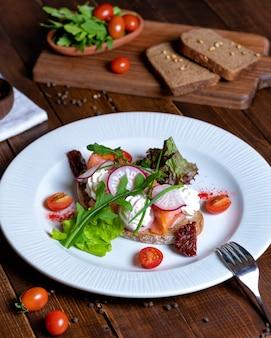 Красивый рыбный салат с овощами