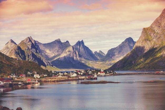 Красивая рыбацкая деревня на фьорде. деревня рейне лофотен, норвегия