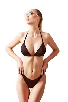 Красивая, подтянутая и спортивная женщина в купальнике. концепция похудания, липосакции и удаления целлюлита.